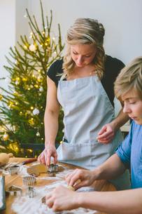 Finland, Couple preparing christmas cookiesの写真素材 [FYI02207353]