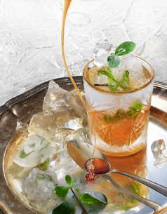 Sweden, Studio shot of fresh mint iced cocktail on silver trayの写真素材 [FYI02207360]