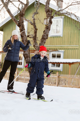 Mother and son skiingの写真素材 [FYI02207378]