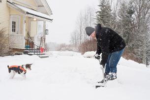 Sweden, Vastmanland, Bergslagen, Hallefors, Silvergruvan, Mature man clearing snowの写真素材 [FYI02207403]