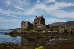 United Kingdom, Scotland, Dornie, Eilean Donan Castle reflecting in waterの写真素材 [FYI02207420]