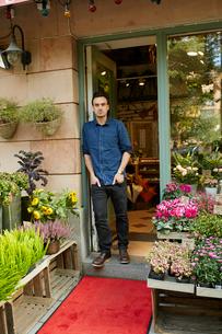 Sweden, Florist standing in front of entrance of flower shopの写真素材 [FYI02207423]