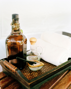 Tray with massage oil and towelの写真素材 [FYI02207445]