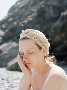 Woman holding soft stone on beachの写真素材 [FYI02207511]