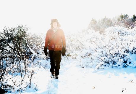 Man walking through snow in Biludden, Swedenの写真素材 [FYI02207524]