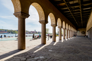 Sweden, Stockholm, City panorama seen from under Stockholm City Hall arcadesの写真素材 [FYI02207540]