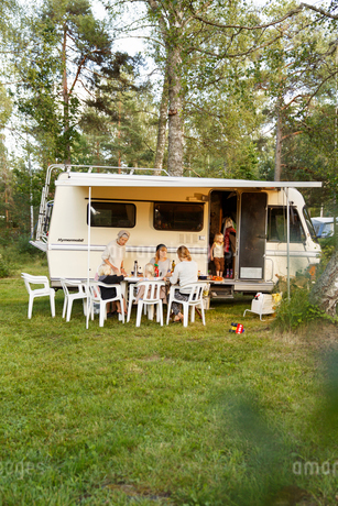 Sweden, Sodermanland, Trosa, Family with children (2-3, 4-5) eating together on fresh airの写真素材 [FYI02207564]