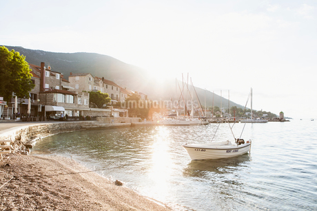A boat anchored in a harbour in Croatiaの写真素材 [FYI02207575]