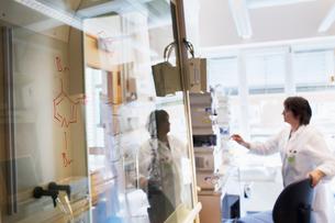 Sweden, Senior woman scientist working in labの写真素材 [FYI02207637]