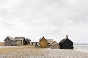 Fishing huts on beach in Faro, Swedenの写真素材 [FYI02207718]