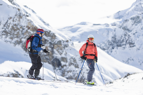 Two skiers on mountain in Piedmont, Italyの写真素材 [FYI02207733]
