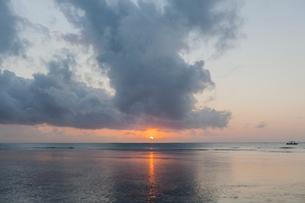 Sunset over sea in Kenyaの写真素材 [FYI02207750]