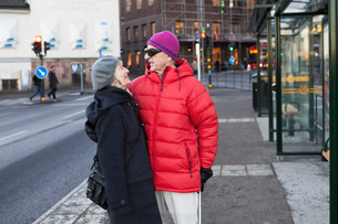 Sweden, Stockholm, Sodermalm, Senior couple waiting at bus stopの写真素材 [FYI02207767]