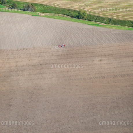 High angle view of tractor on field in Uggelsta, Swedenの写真素材 [FYI02207787]