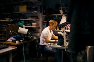 Man in leather workshopの写真素材 [FYI02207798]