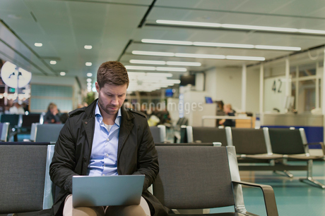 Man with laptop at airport in Swedenの写真素材 [FYI02207802]