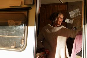 Sweden, Sodermanland, Trosa, Cheerful senior woman in trailerの写真素材 [FYI02207831]