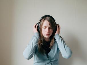Teenager with headphonesの写真素材 [FYI02207839]