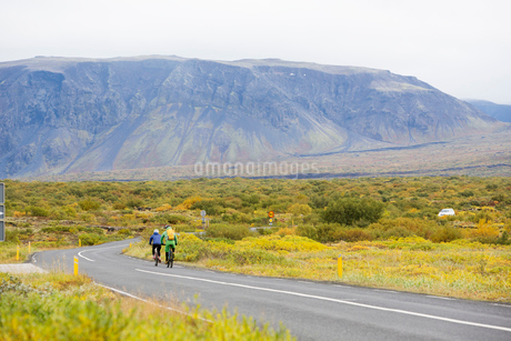 Two cyclists on a rural road in Icelandの写真素材 [FYI02207851]