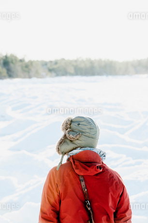 Rear view of man in snow in Biludden, Swedenの写真素材 [FYI02207878]