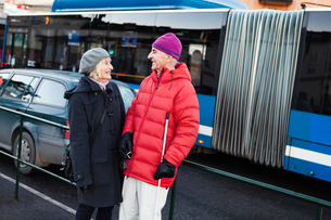 Sweden, Stockholm, Sodermalm, Senior couple waiting at bus stopの写真素材 [FYI02207883]