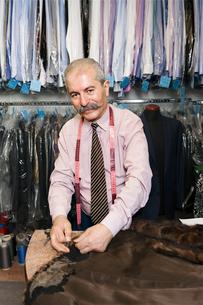 Man sewing garmentの写真素材 [FYI02207924]