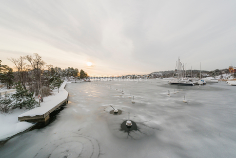 Ice on a river in Nacka, Swedenの写真素材 [FYI02207934]