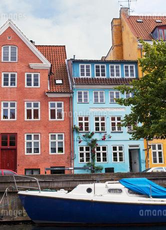 Boat by townhouses in Copenhagenの写真素材 [FYI02207948]