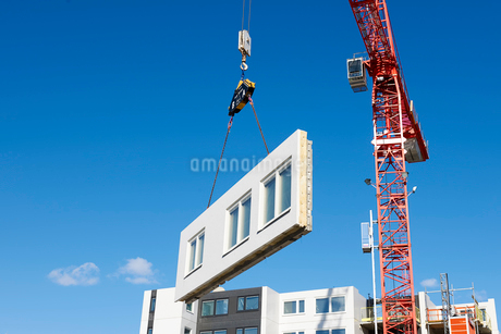 Industrial cranes lifting a wall on a construction site in Krista, Swedenの写真素材 [FYI02207953]