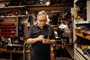 Man in leather workshopの写真素材 [FYI02207956]