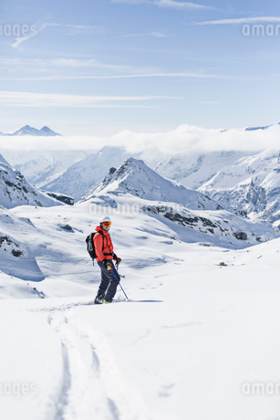 Skier on mountain in Piedmont, Italyの写真素材 [FYI02207958]
