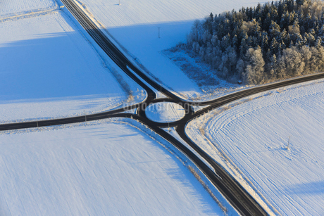 View above rural intersection in Narke, Swedenの写真素材 [FYI02207963]