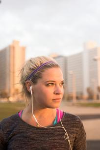 Israel, Tel Aviv, Portrait of young blonde woman with earphonesの写真素材 [FYI02207977]