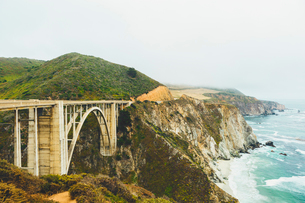 USA, California, Big Sur, Bixby Creek Bridge, Bridge on rocky coastの写真素材 [FYI02207995]