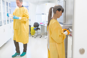 Lab workers in Swedenの写真素材 [FYI02208002]