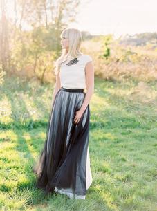 Sweden, Full length portrait of bride standing in grassの写真素材 [FYI02208017]