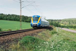 Train by a fieldの写真素材 [FYI02208044]