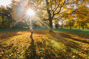 Mother in autumn leaves in Swedenの写真素材 [FYI02208049]