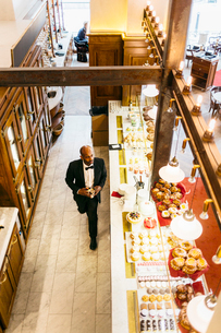 High angle view of waiter at bakery in Swedenの写真素材 [FYI02208058]