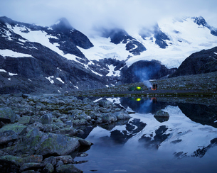 Norway, People camping in Jotunheimen range with Sentraltind peakの写真素材 [FYI02208083]