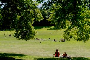 Sweden, Uppland, Stockholm, Hagaparken, Public park with resting peopleの写真素材 [FYI02208084]