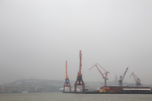 Cranes on a port in Bohuslan, Swedenの写真素材 [FYI02208089]