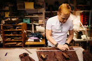 Man in leather workshopの写真素材 [FYI02208097]