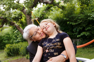 Grandmother and granddaughter embracingの写真素材 [FYI02208099]