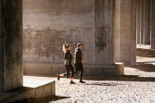 Couple running on street in Stockholm, Swedenの写真素材 [FYI02208101]
