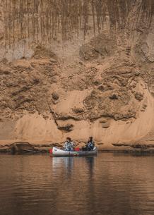 Two women kayaking on river in Falfors, Swedenの写真素材 [FYI02208114]