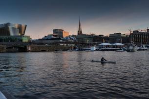 Kayaker in Stockholm, Swedenの写真素材 [FYI02208139]