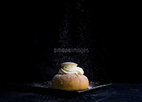 Sugar sprinkling on semla in Swedenの写真素材 [FYI02208147]