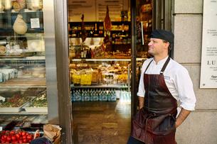 Sweden, Man in apron standing in front of storeの写真素材 [FYI02208150]