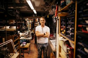 Man in leather workshopの写真素材 [FYI02208151]